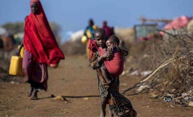 Somalili kadından dalga geçmek isteyen adama kapak