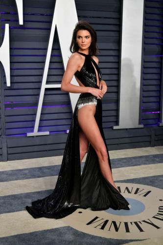 Dekoltenin böylesi... Kendall Jenner'ın elbisesi olay oldu!
