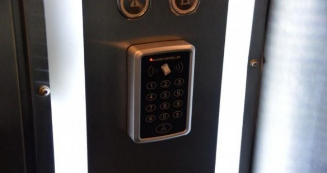 Apartman aidatini ödemedi! Asansöre bindiği an hayatının şokunu yaşadı!