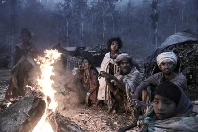 Maymun eti yiyorlar ölülerini dik gömüyorlar işte dünyanın en ilkel kabilesi