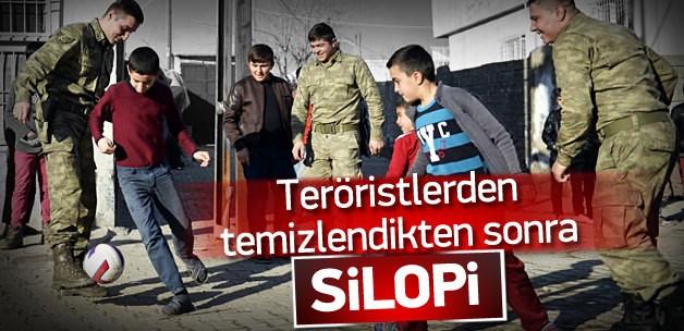 TERÖRİSTLERDEN TEMİZLENDİKTEN SONRA SİLOPİ ! MEHMETÇİK ÇOCUKLARLA MAÇ YAPTI !!!