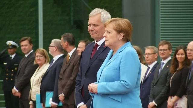 Son dakika… Merkel bir kez daha kameralar önünde nöbet geçirdi