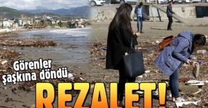 Alanya'da denizdeki atıklar dalgalarla sahile taşındı