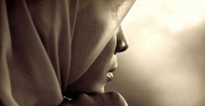Müslüman Kız Çocuğunun Başörtüsünü çıkarıp, yumurta attılar