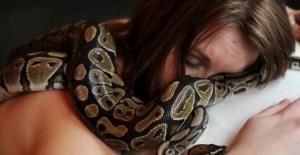 Her Gece Beraber Uyuduğu Yılanı Yemek Yememeye Başladı – Veteriner Gerçeği Açıklayınca Kadın Şok Oldu!!!!