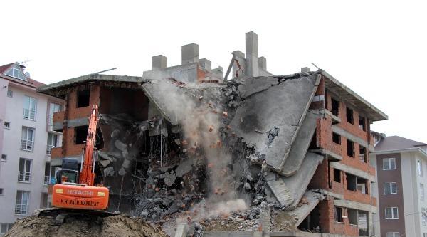12 Kasım Depreminde Hasar Gören Bina Yıkıldı
