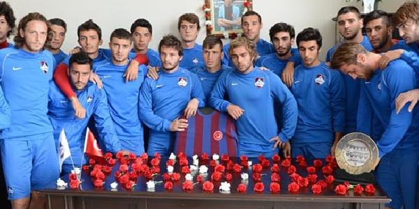 1461 Trabzonlu Futbolcular Kadir Özcan'in Odasini Karanfillerle Donatti