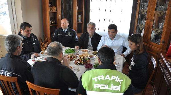 155 Imdat Hatti'ndan Polisleri Yemeğe Davet Etti