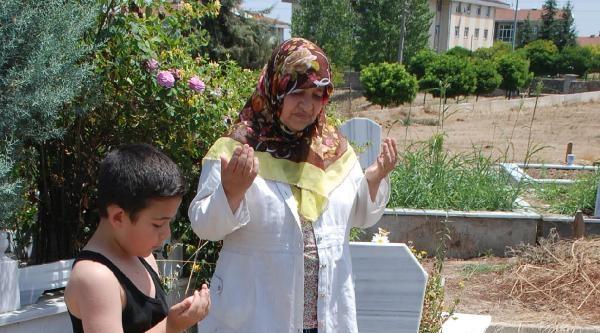 17 Ağustos Mezarlığı'nda Dualar Berk Bebek İçin