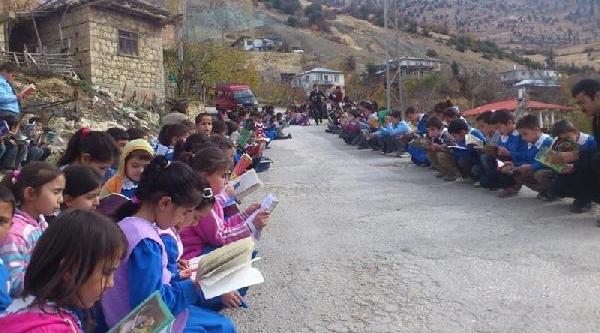 200 Öğrenci, Köy Yoluna Oturup Kitap Okudu