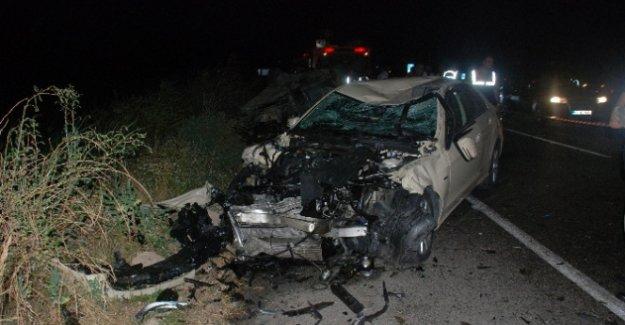 İki otomobil kafa kafaya çarpıştı: 2 ölü, 5 yaralı