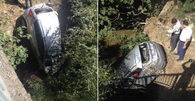 İzmir'de otomobil dereye uçtu: 2 ölü