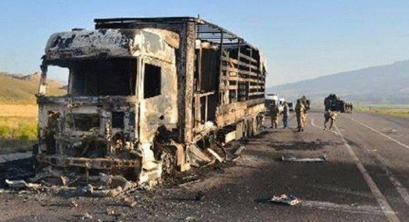 PKK, Ağrı'da yol kesip kamyon yaktı