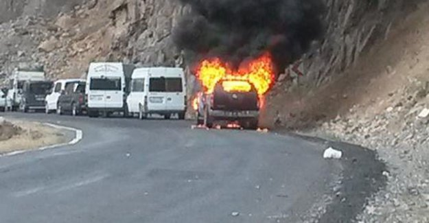 PKK iki aracı ateşe verdi