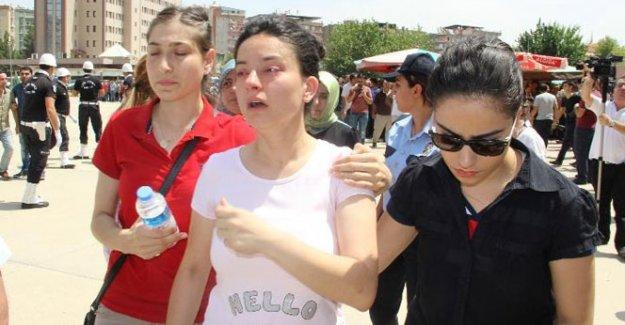 Şehit polis memleketine uğurlandı. Eşi ayakta zor durdu