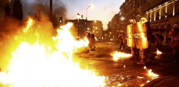 Yunanistan karıştı! Ortalık savaş alanı