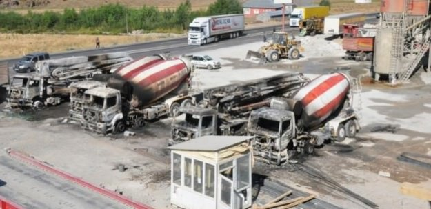 Ağrı'da teröristler 7 aracı ateşe verdi
