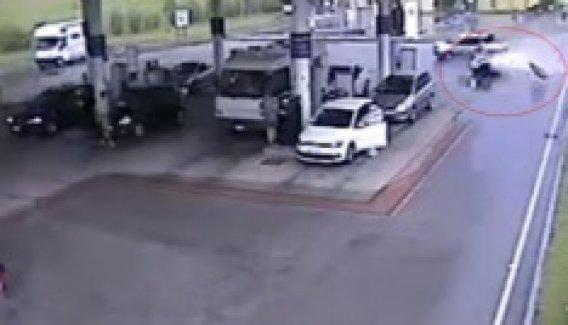 Çarpa çarpa benzinliğe daldı