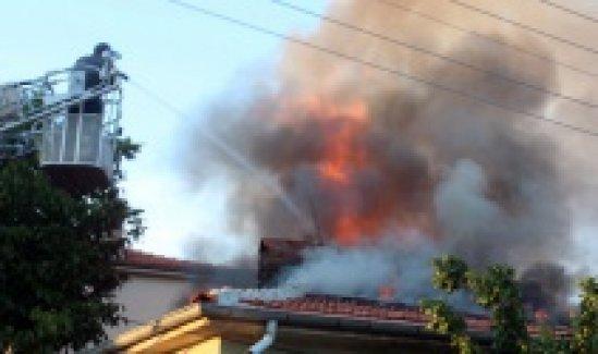 Evin çatısı alev alev yandı