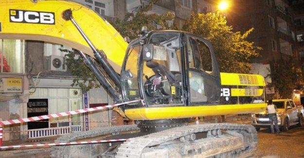 Göstericiler hdp'li belediyenin iş makinalarına saldırdı