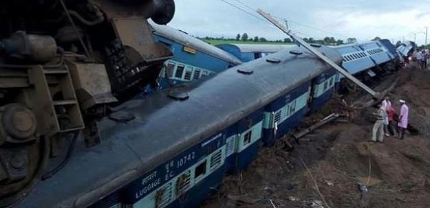 iki tren raydan çıktı: 27 ölü