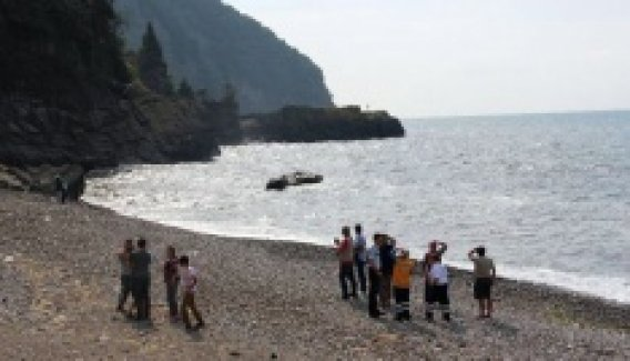Kayalıklarda mahsur kalan aile kurtarılmayı bekliyor
