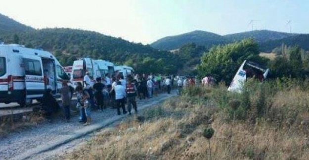 Manisa'da otobüs şarampole devrildi: 13 yaralı