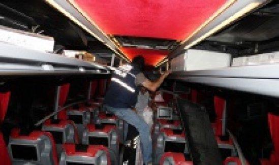 Otobüsün tavanından 40 bin paket kaçak sigara çıktı