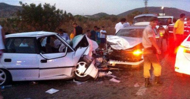 Otomobiller kafa kafaya çarpıştı: 1 ölü, 9 yaralı