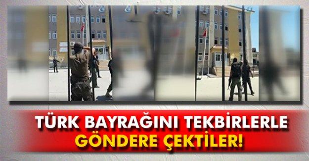 Özel harekat polisleri Türk bayrağını tekbirlerle göndere çekti
