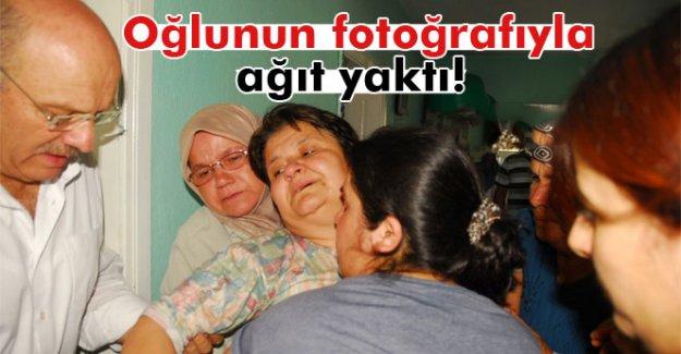 Şehit annesi oğlunun fotoğraflarıyla ağıt yaktı