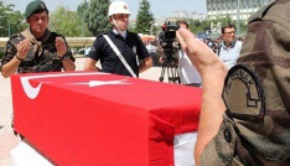 Şehit polis için Şırnak'tan gelen mesai arkadaşları nöbet tuttu