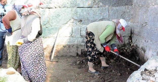 Tarihi kazılar ev kadınlarına emanet