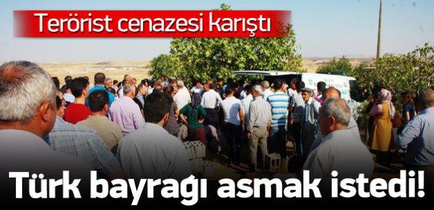 Terörist cenazesinde Türk bayrağı asmak istediler