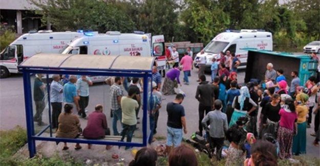 Traktör devrildi, mevsimlik işçiler yola saçıldı: 3 yaralı