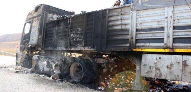 Yol kesen PKK içecek yüklü tırı ateşe verdi
