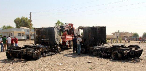 Yol kesen PKK'lı teröristler 2 TIR'ı yaktı!