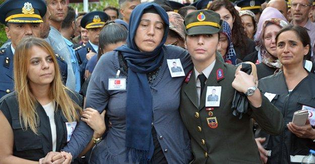 Acılı anne oğlunun al bayraklı tabutuna omuz verdi
