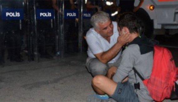 Barikatın önünde ağlayan genci polis sarılarak teselli etti