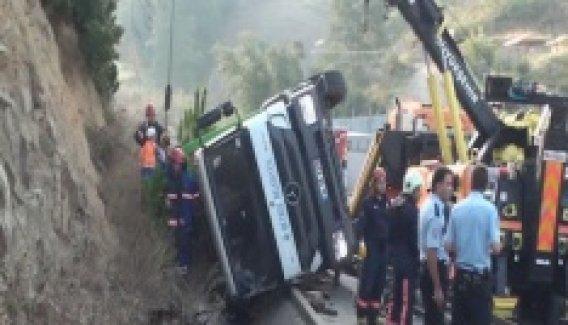 Çöp kamyonu su kanalına uçtu: 1 ölü, 1 yaralı