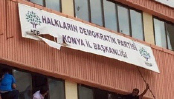 HDP İl Başkanlığı tabelası söküp, Türk bayrağı astılar
