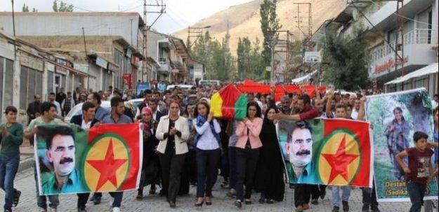 HDP'li vekil teröristin tabutunu taşıdı