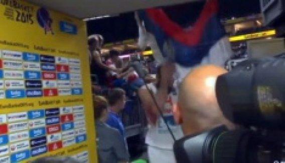 İspanyol basketbolcu Sırbistan bayrağını yırttı
