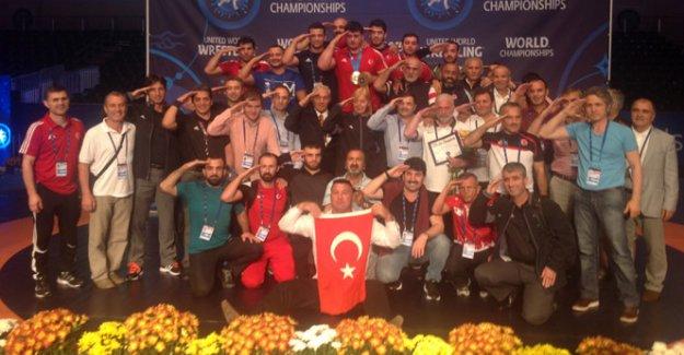 Milli güreşçilerden anlamlı kutlama