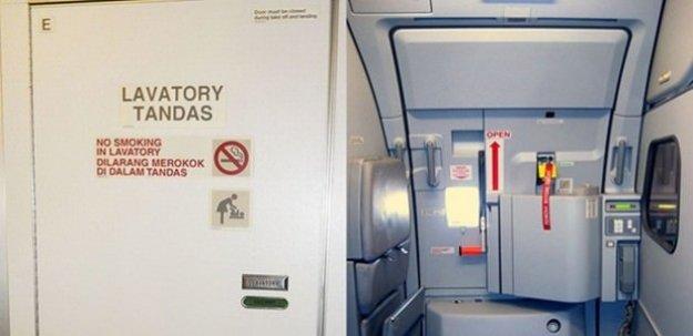 Uçağın çıkış kapısını tuvalet kapısı sanınca...