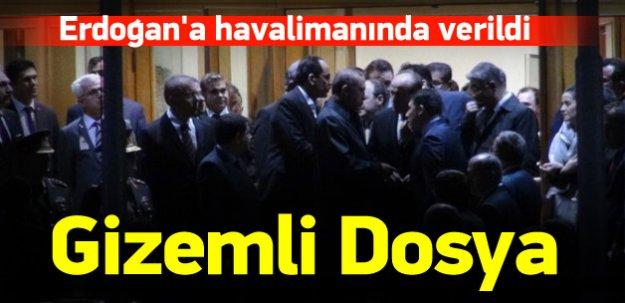 Erdoğan'a havalimanında gizemli dosya