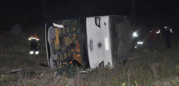 Hakkari'de yolcu otobüsü devrildi