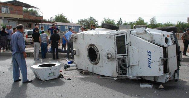 Seyir halindeki zırhlı aracın tekerleği fırladı: 1'i ağır, 3 polis yaralı