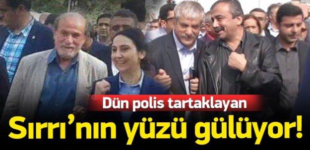Sırrı Süreyya Önder'in yüzü gülüyor