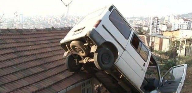 Minibüs evin üstüne uçtu